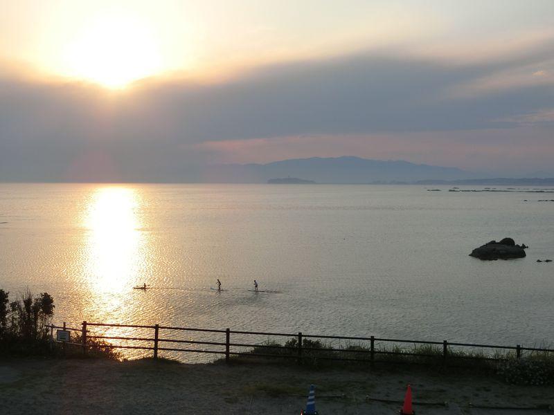 お薦めは夕暮れ!海も砂浜も黄金に染まる・葉山「長者ヶ崎海岸」
