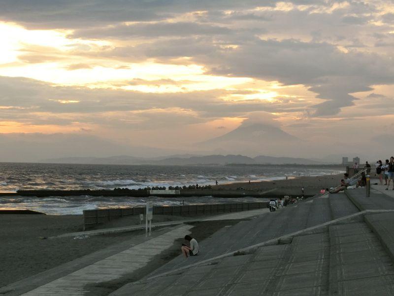 藤沢「湘南海岸公園」で絶景!黄昏時に紅く染まる幻想的空間