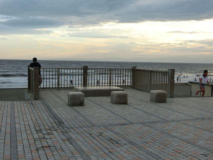 防災を意識させる展望台。平穏な海であって欲しいと願う日々