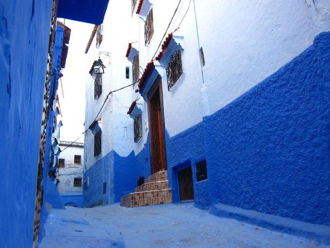 一歩底に足を踏み入れれば青と白の壁の街並が!