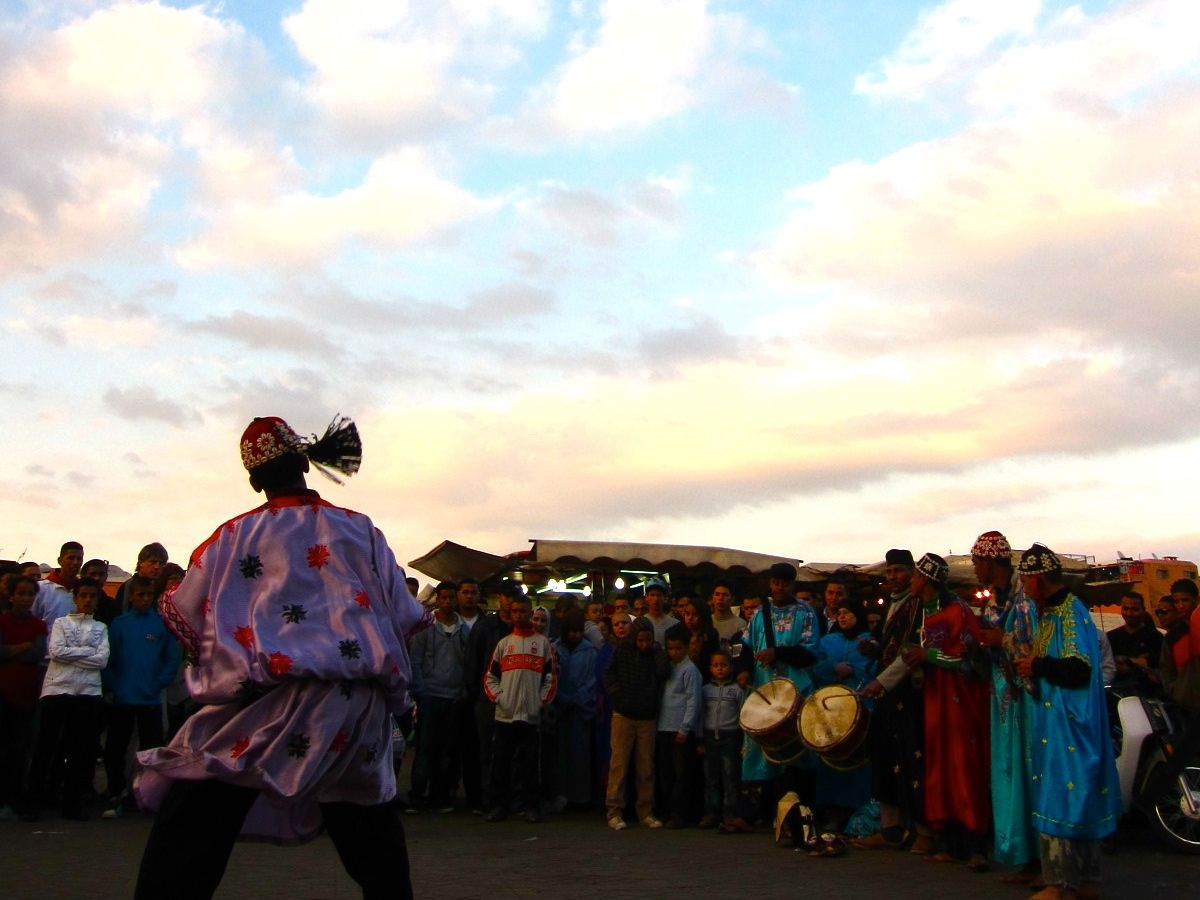 音楽・民族舞踊好きなら夕方辺りを狙ってみよう!