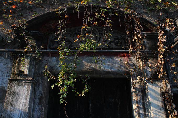 門上部の美しいレリーフを見逃さないで!