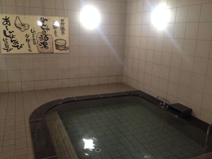駅ナカの温泉は日本酒を注いだ「酒風呂」。