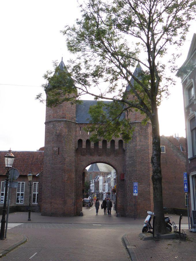 城壁に囲まれた古い街