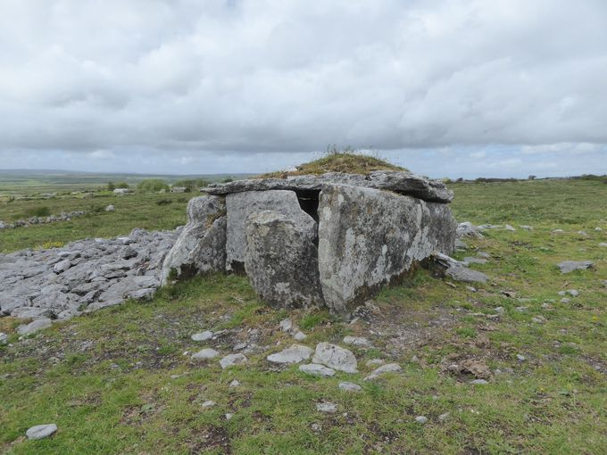 美しい地形に突如現れる不思議な墓「巨人のテーブル」