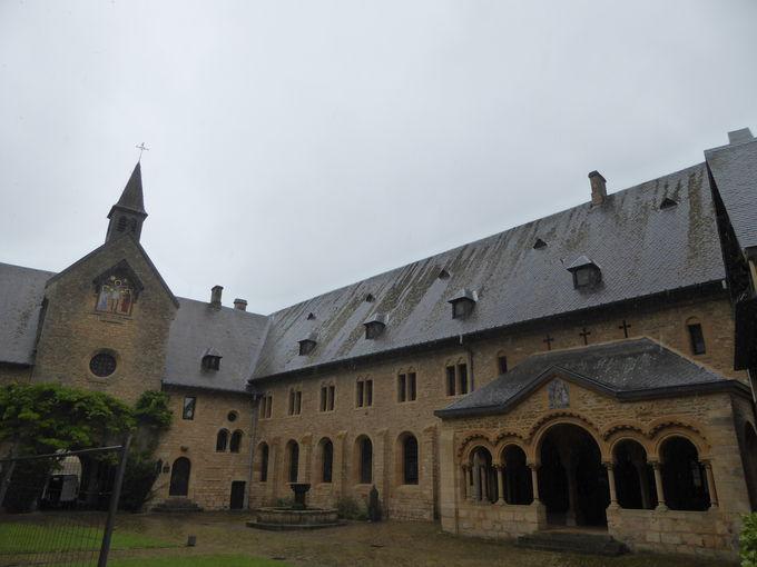 ひっそりと佇む森の中の修道院