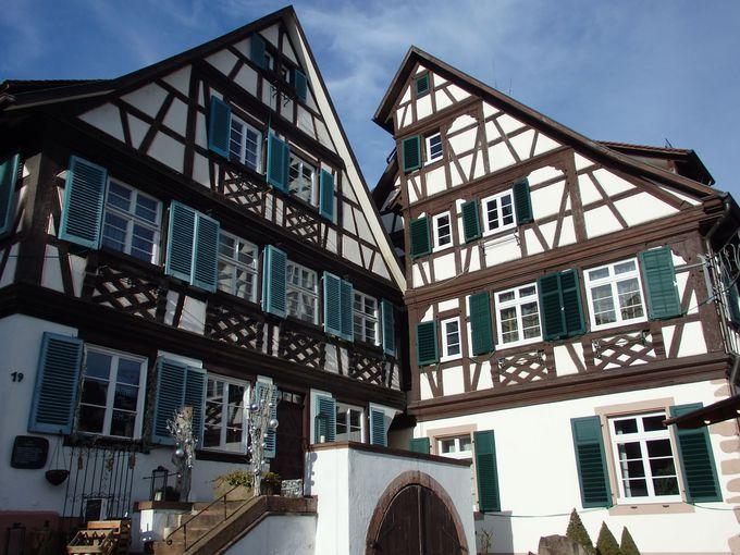 木組みの建物に囲まれた市庁舎前広場