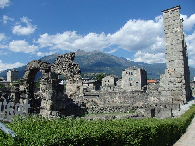 贅沢な背景も素晴らしいローマの円形劇場跡