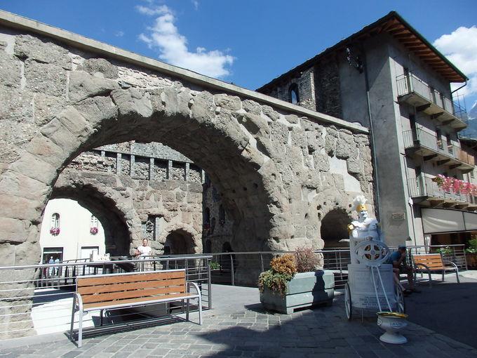 ローマ時代の名残りに包まれるアオスタの町並み