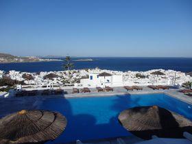 エーゲ海とミコノス島の町を見下ろす絶景「ホテル・アルキオン」