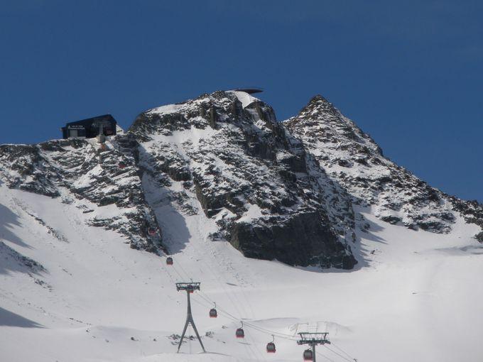 谷の最奥に広がるのは、夏でも楽しめる氷河スキー場!