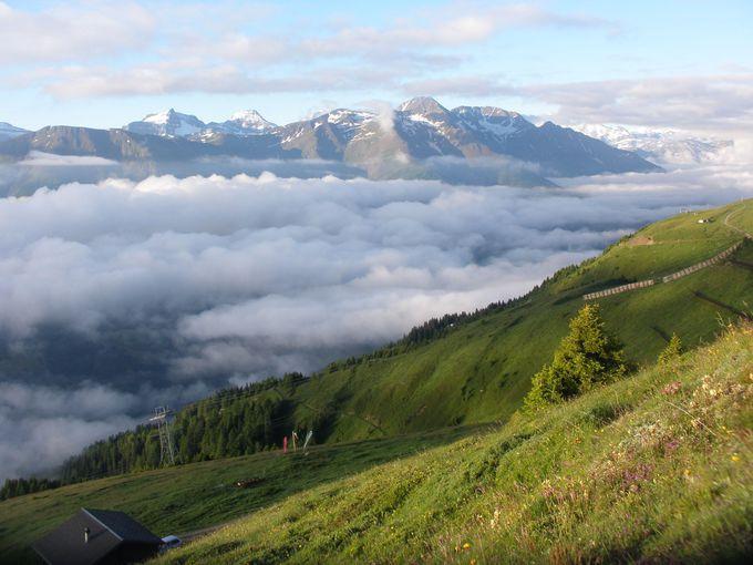 山腹のホテルは特等席!早朝の雲海風景を独占!