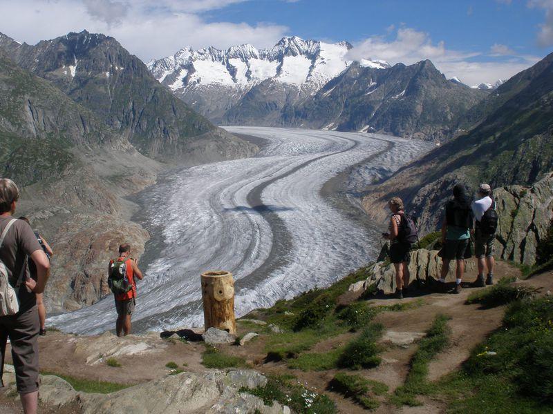 スイス・アレッチ地域で、雄大な氷河と名峰の数々を一望!
