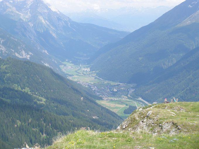 ガンペン&カパル山頂から谷を見渡す眺めは、お花畑の中から