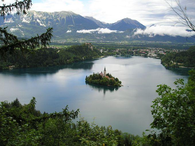 遊歩道一周ハイキングで、ブレッド湖を見下ろす!