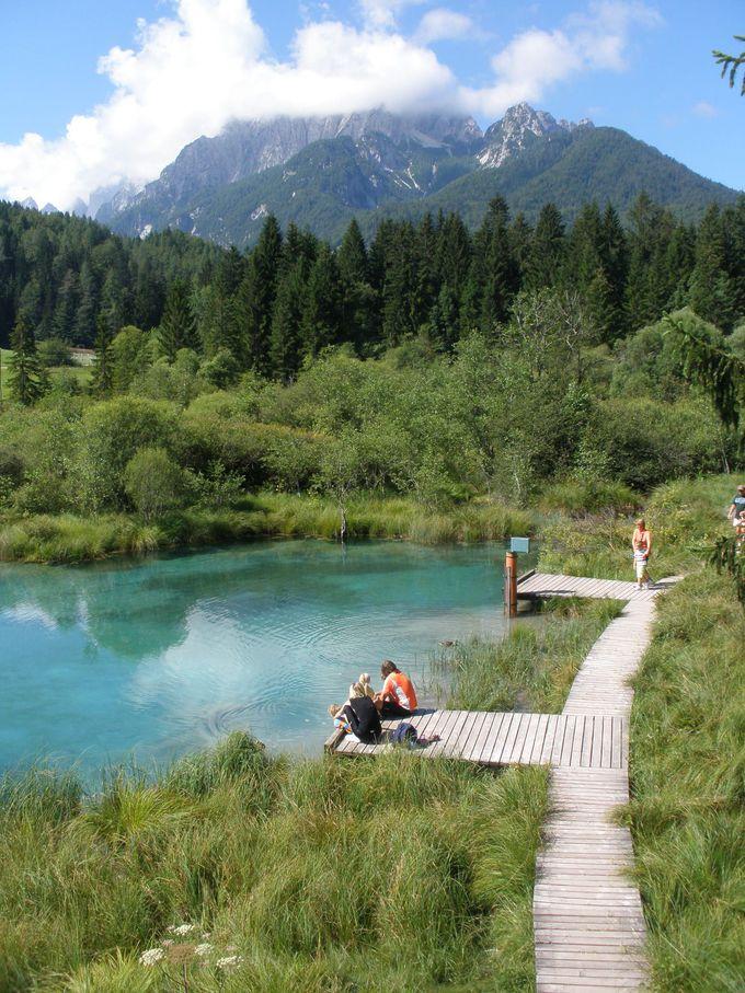 エメラルド色に輝くゼレンツィの泉