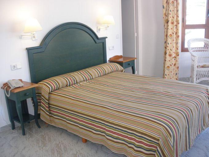 広々としたお部屋に大きなベッド