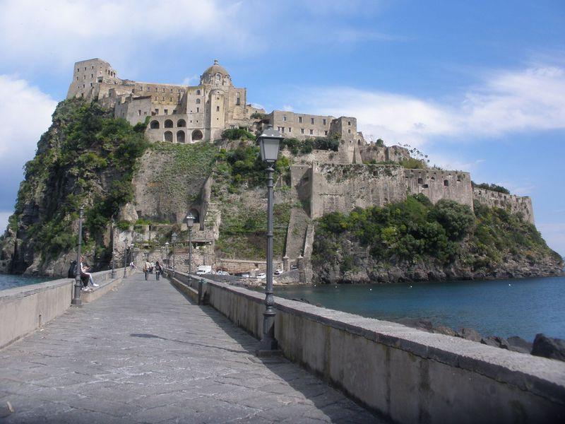 断崖の上に聳えるアラゴン城!絶景の南イタリア・イスキア島
