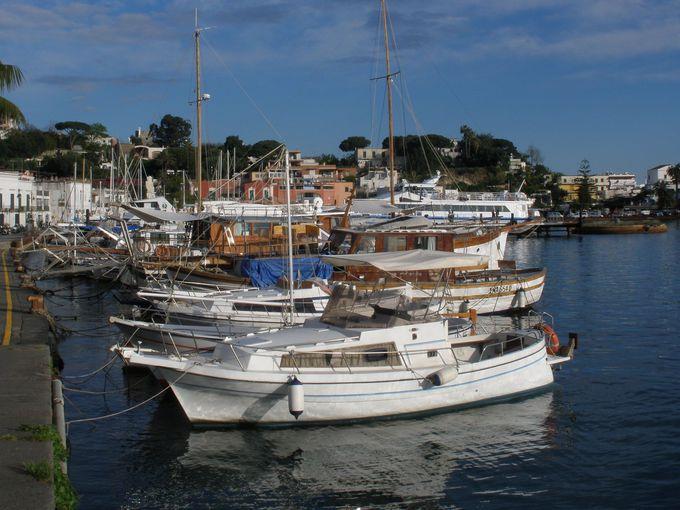 ナポリ湾に浮かぶイスキア島!島の玄関口はイスキア・ポルトの港