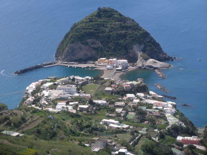 透き通った海に浮かぶサンタンジェロ岬は、まるで島のよう!