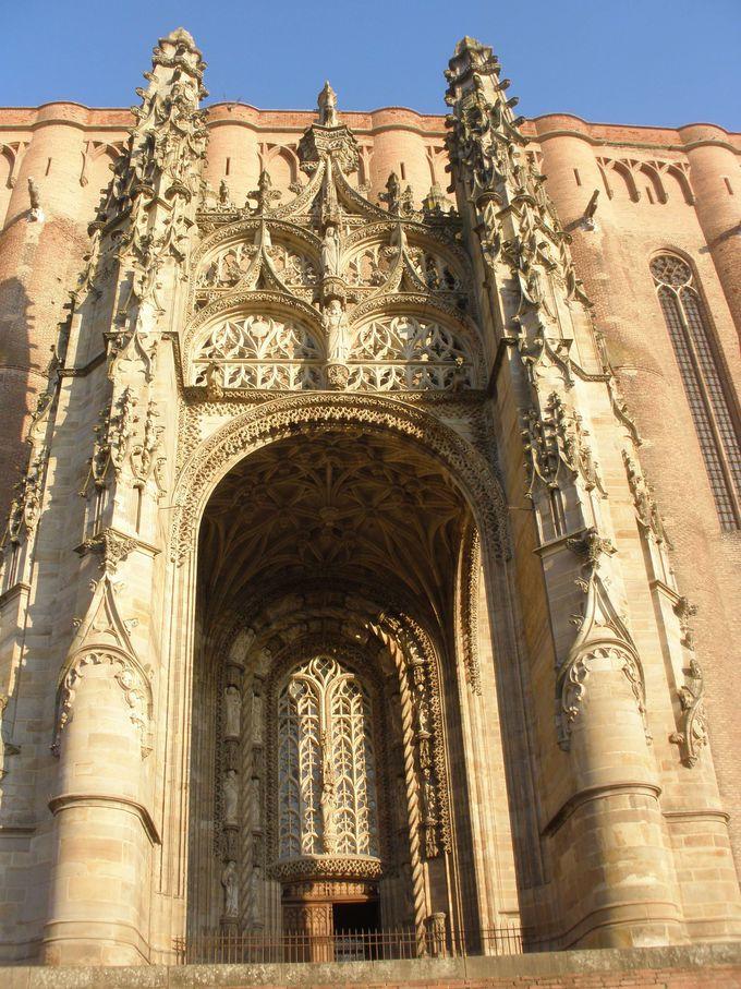 外観は無骨な要塞のよう!サント・セシル大聖堂の入り口の繊細な彫刻