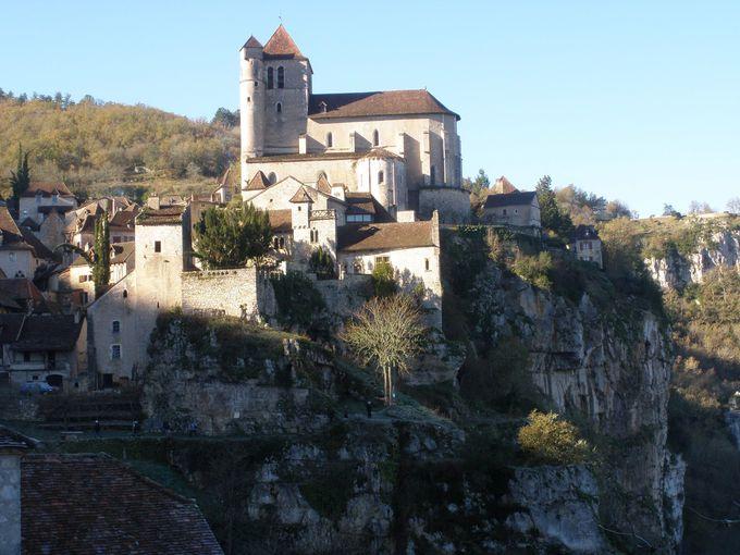 切り立った断崖の上に佇む石造りの村