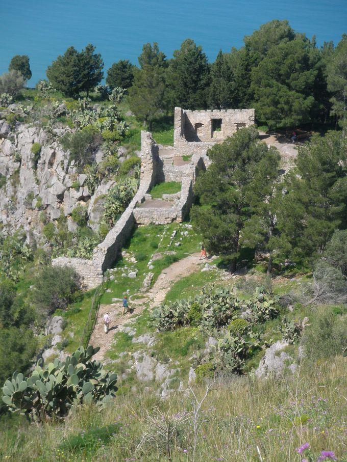 岩山にある巨大な古代の遺跡群&城跡へハイキング