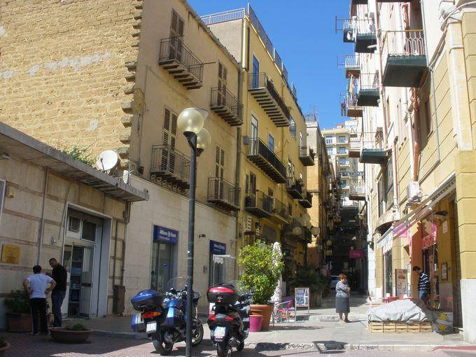 立派な外観を持つ教会群や装飾のある建物が見応えの旧市街