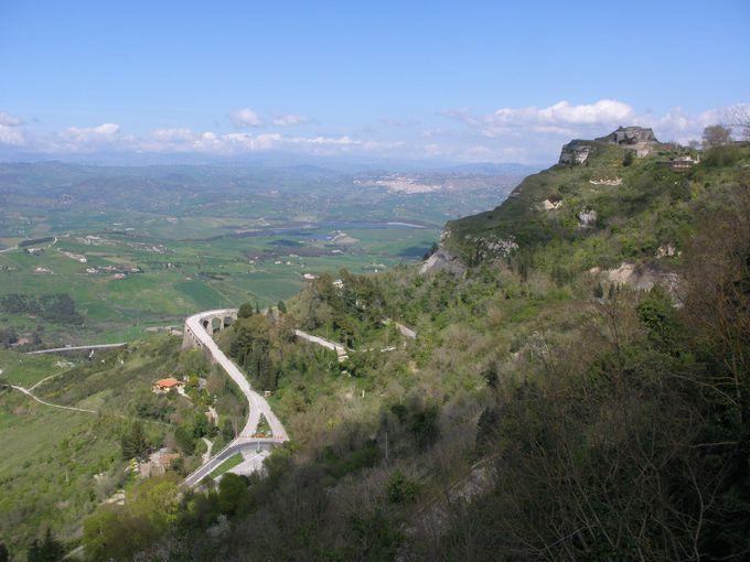 ロンヴァルディア平原にそそり立つエンナの町からの眺め