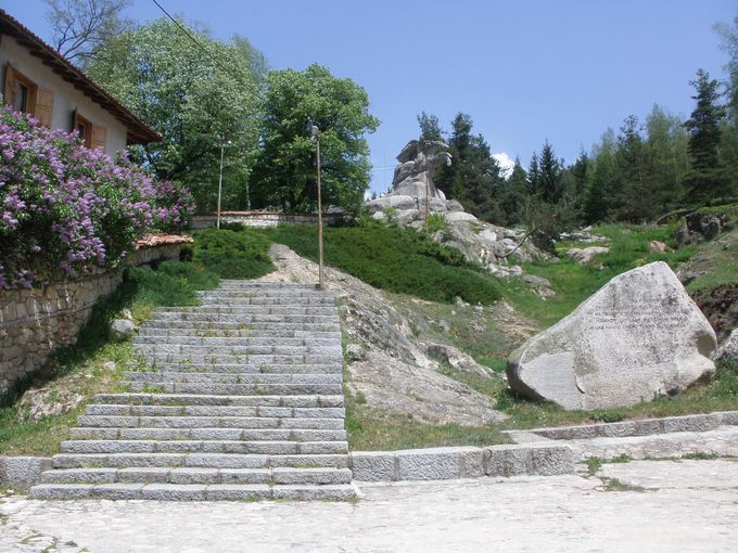 村を見守る像のある展望台