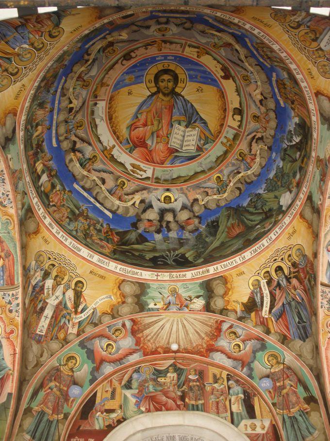 壮大なフレスコ画が壁一面に!絶対見逃せない、ブルガリアが誇る世界遺産「リラの僧院」