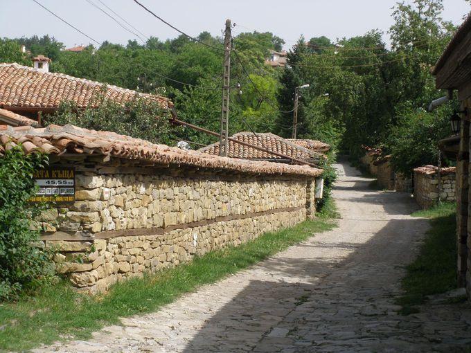 時が止まったかのような家並み!石を積み上げただけの塀と門