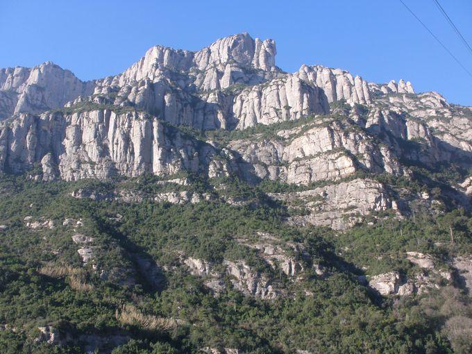 長閑な田園風景の中に聳えたつ岩山の迫力