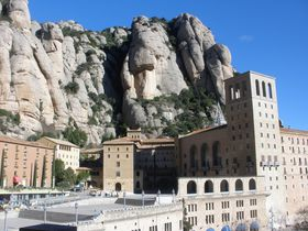 田園風景に聳え立つ鋸山「モンセラット」!スペイン・カタルーニャの聖地