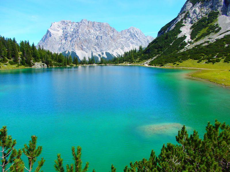 ドイツ最高峰の麓はオーストリアの風光明媚な町並み!神秘の湖も!