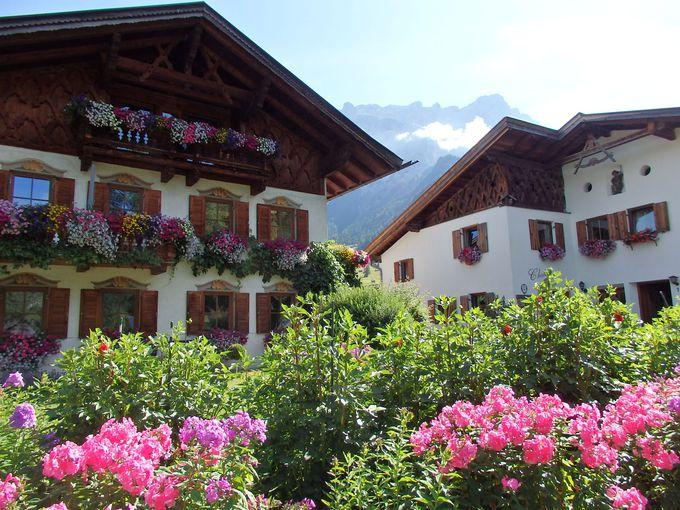 ドイツ最高峰の麓は、お花で溢れるオーストリア・エーアヴァルトの町並み