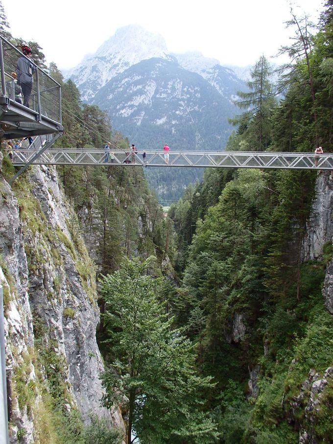 渓谷沿いに架かるスリリングな鉄の通路!辿り着くのは豪快な滝!