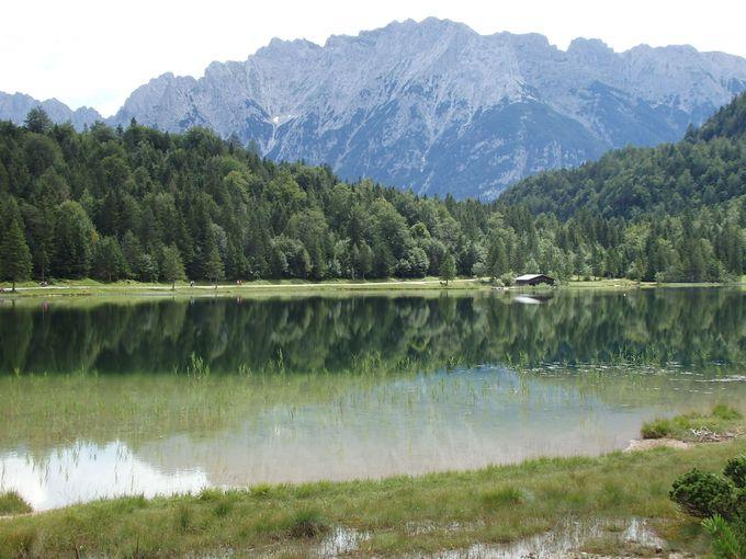 ハイキングでつなぐ二つの湖!湖面に映し出す岩山の雄姿!