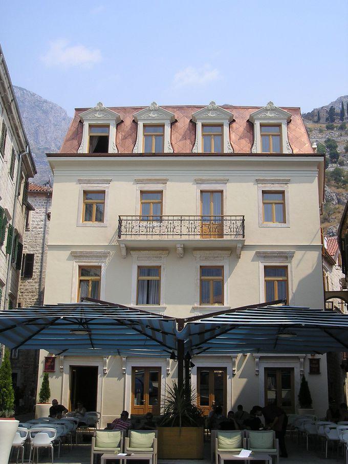 城壁内の旧市街中心広場の目前に建つ4つ星ホテル・ヴァルダー