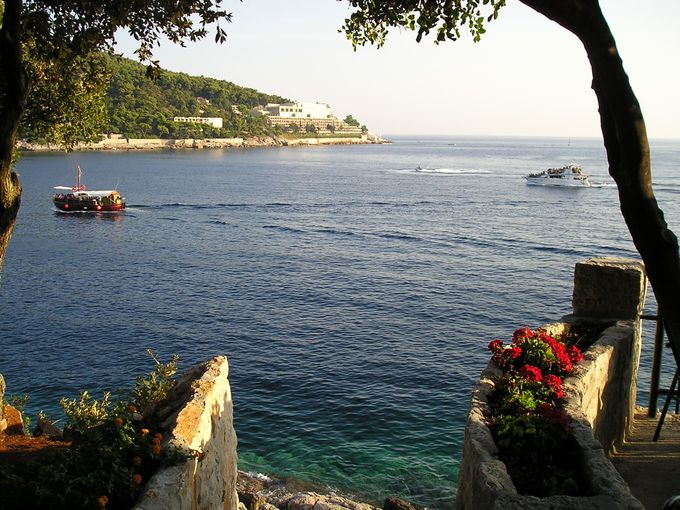 目の前の湾沿いに広がるアドリア海の絶景