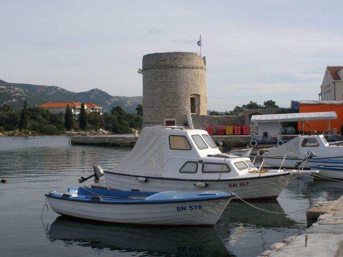 マリ・ストンの港沿いに建ち並ぶ牡蠣の美味しいレストラン
