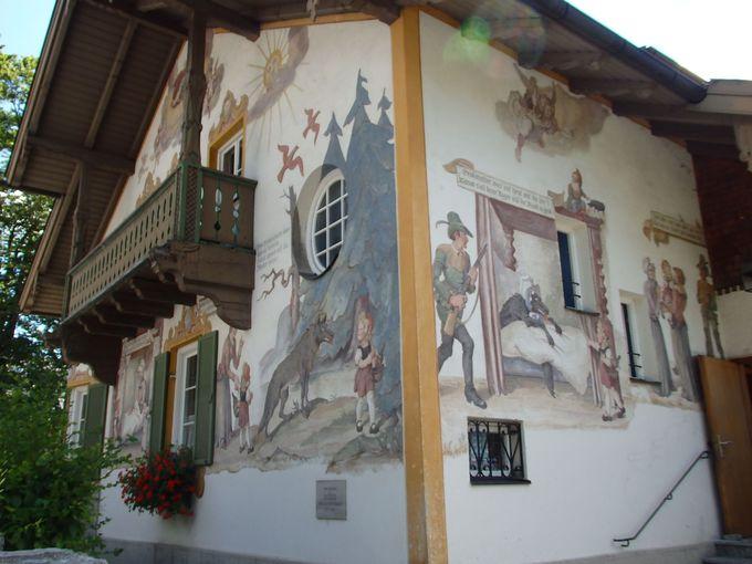 あの童話が民家の壁絵として登場するオーバーアマガウの町