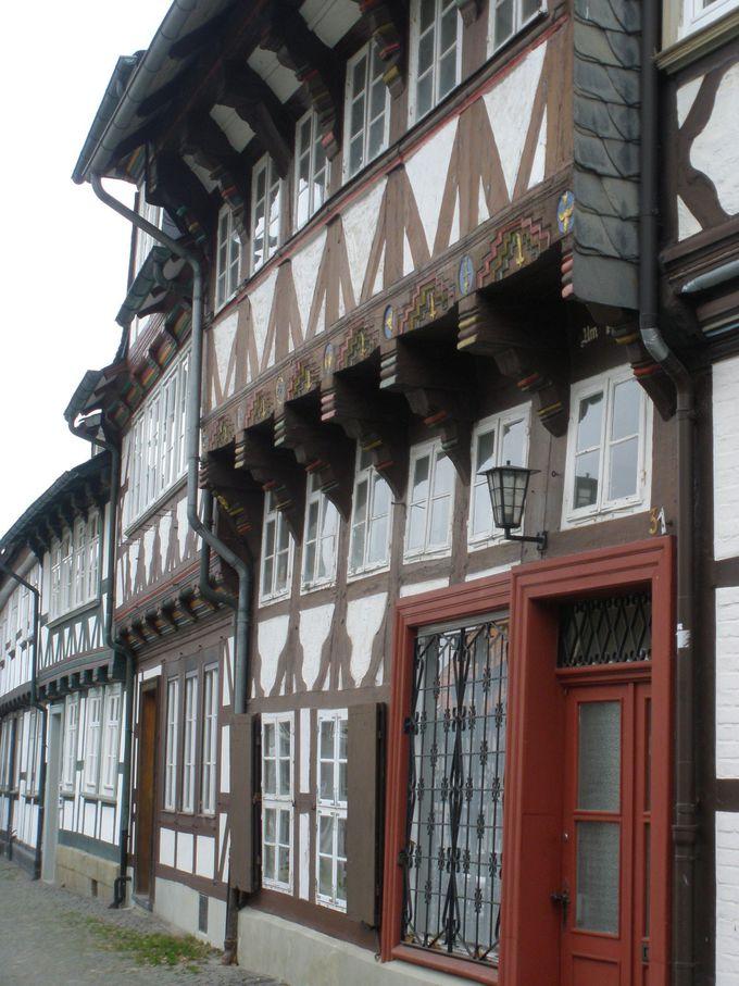 美しい木枠装飾の家並みが続く旧市街
