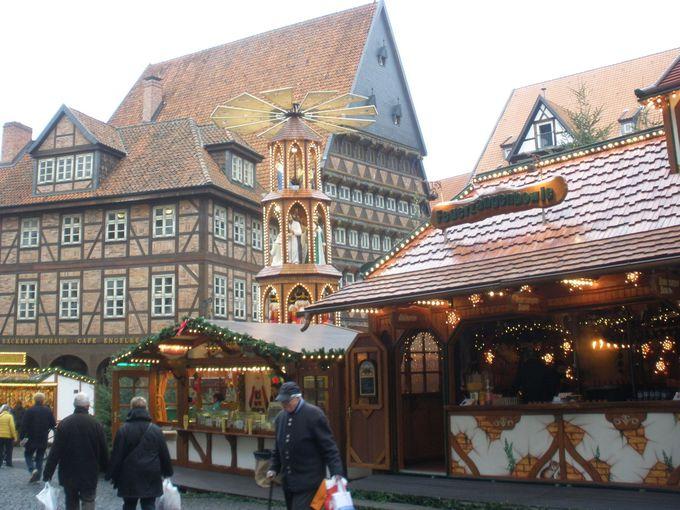 豪華な木組みに取り囲まれるマルクト広場のクリスマスマーケット