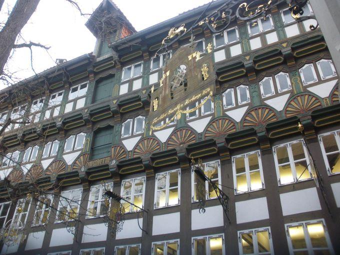 美しい木組みの建物と凝った看板の博物館