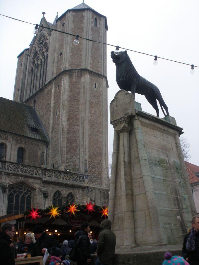 ブルグ広場に立つライオン像は、ブラウンシュヴァイクのシンボル