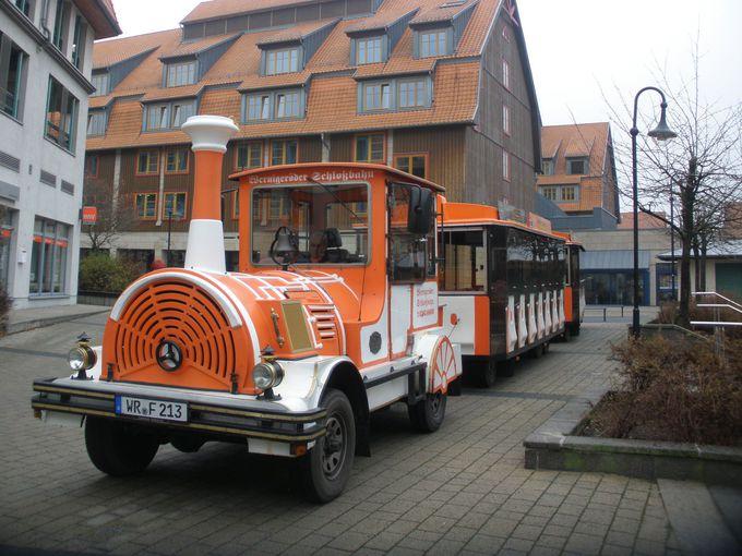 町中やお城まで巡るミニ観光列車
