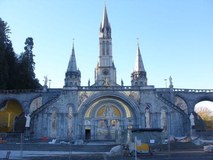 広大な聖域と荘厳な二つの聖堂