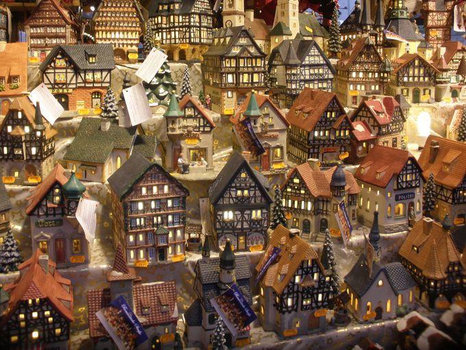 ドイツらしい木組みの置物や木製の装飾品もクリスマスアイテム