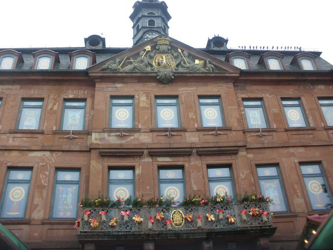 市庁舎の窓は世界最大のアドベントカレンダー!
